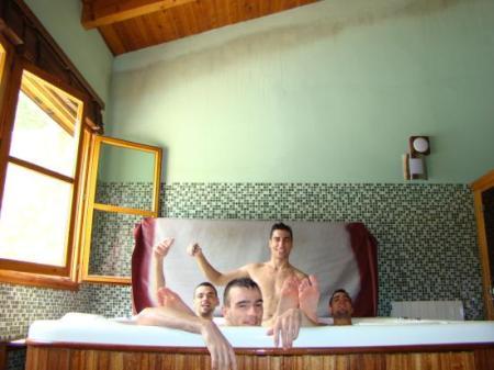 Grupo de amigos en el jacuzzi de la casa rural Tierras de Moya